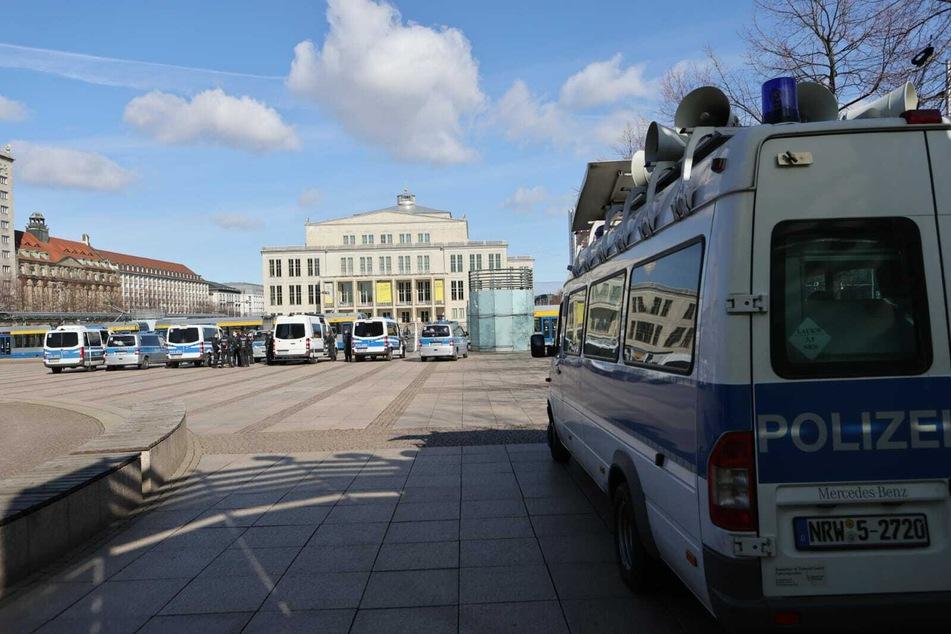Am Augustusplatz sammeln sich Einsatzkräfte der Polizei.