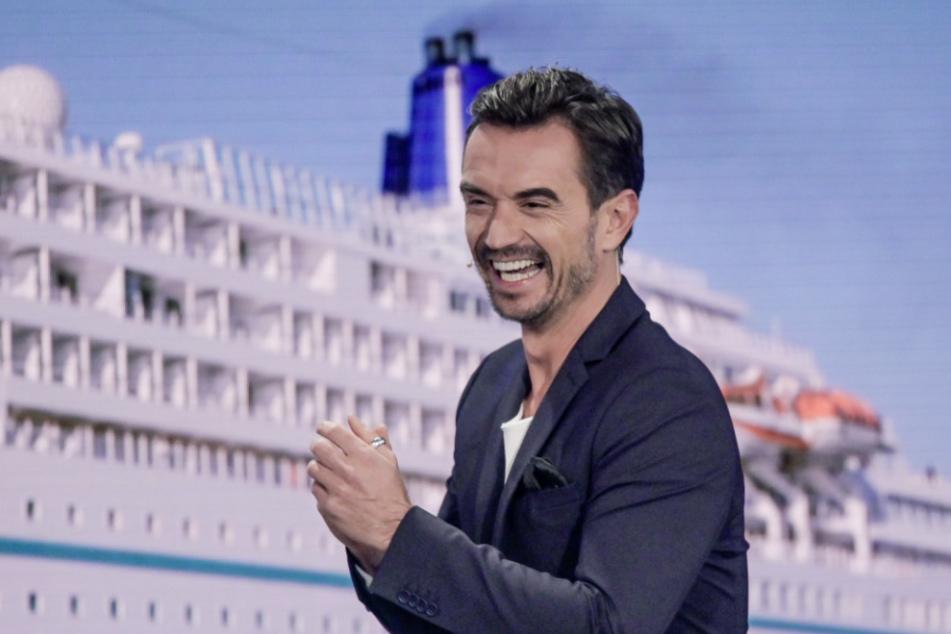 """Der Moderator Florian Silbereisen steht bei der Aufzeichnung des großen Jahresrückblicks """"Menschen 2019"""" auf der Bühne. Im Hintergrund ist das ZDF-""""Traumschiff"""" zu sehen. (Archivbild)"""