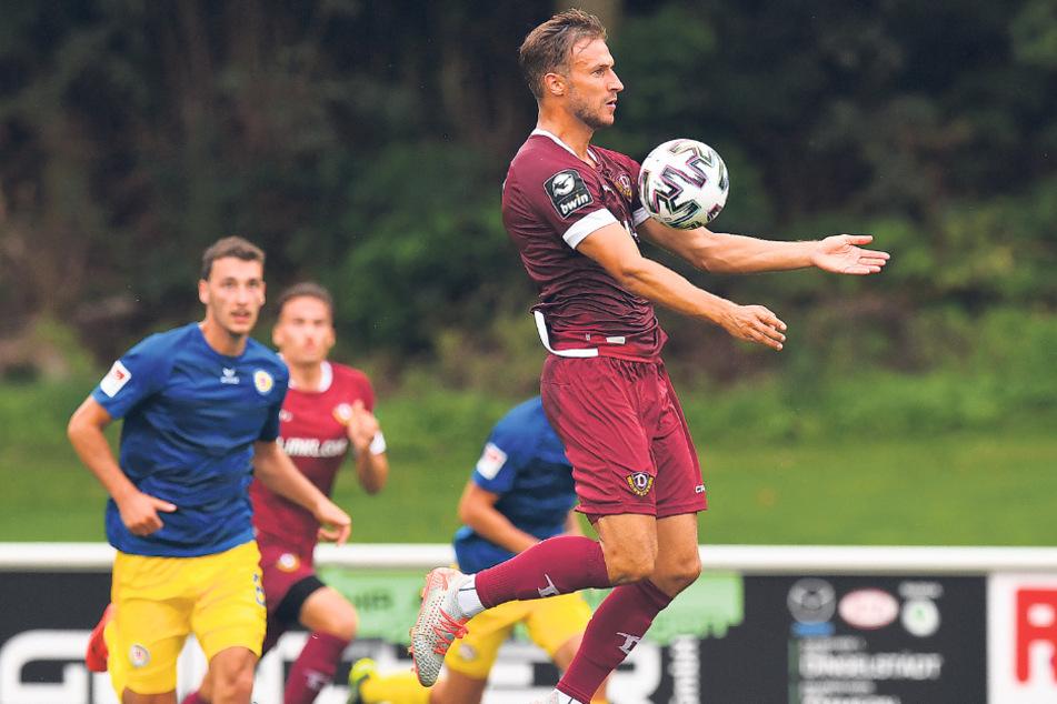 Pascal Sohm nimmt im Test gegen Braunschweig den Ball im Sprung an.