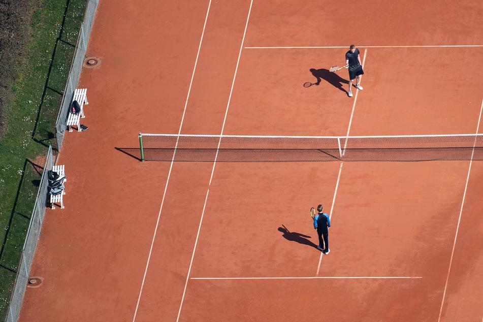 Der Deutsche Tennis Bund hat von der Politik eine bundesweite Erlaubnis für den Tennissport in Corona-Zeiten gefordert.