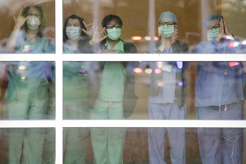 Krankenhausmitarbeitern stehen harte Zeiten bevor. Schutzkleidung, wie auf diesem Bild, ist leider nicht selbstverständlich.