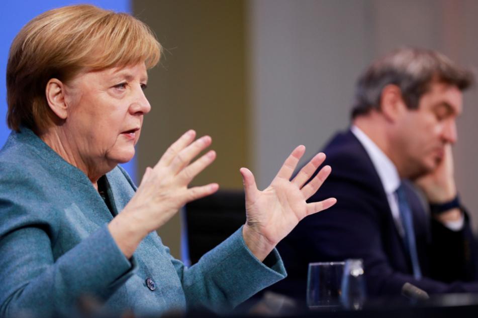 Bundeskanzlerin Angela Merkel (CDU) spricht neben Markus Söder, Ministerpräsident von Bayern und Vorsitzender der CSU, auf einer Pressekonferenz.