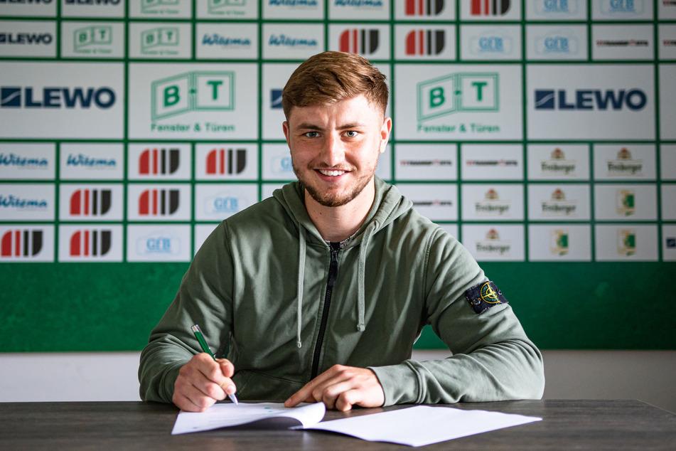 Anthon Kanther (20) bei seiner Vertragsunterzeichnung.