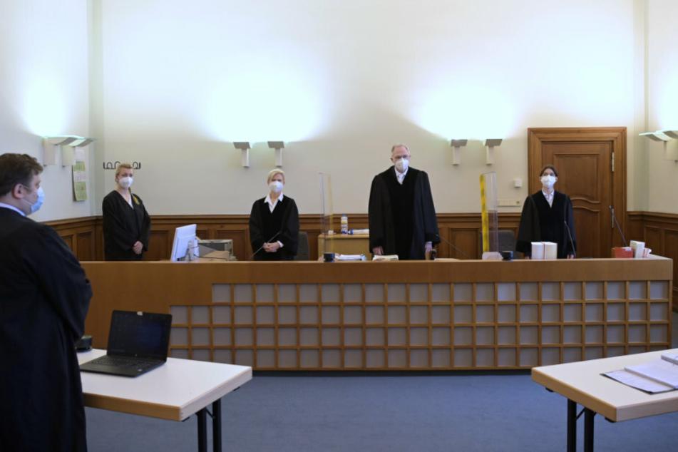 Wolfgang Haferanke (M), Vorsitzender Richter im Kammergericht, steht vor Beginn des Berufungsprozesses von Andreas Kalbitz im Kammergericht neben Richterin Hellmuth und Richterin Sattler (r).