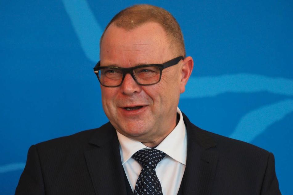 Der für die Impflogistik in Brandenburg zuständige Innenminister Michael Stübgen (61, CDU) hat eine Lockerung der aus seiner Sicht starren Vorschriften für Zweitimpfungen gefordert.