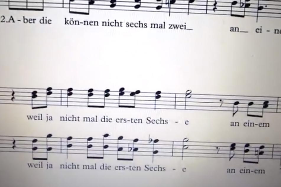 In dem Video kann der geneigte Musikfreund Text und Noten zu dem Song einsehen.