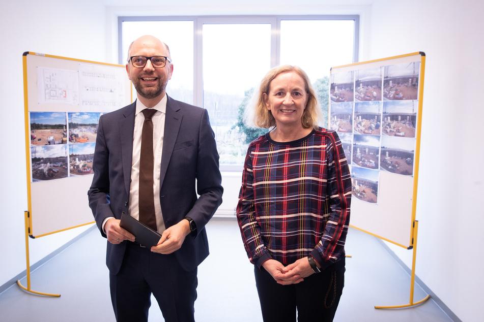 Till Steffen (Bündnis 90/Die Grünen), Justizsenator von Hamburg, und Angela Biermann, Leiterin der Justizvollzugsanstalt Glasmoor, sprechen bei einem Presse-Rundgang im Neubau Haus 3 der JVA.