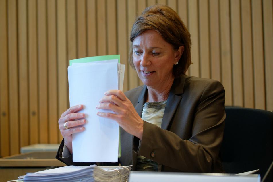 Die Schulministerin Yvonne Gebauer (53, FDP) bei einer Sitzung im Landestag NRW.