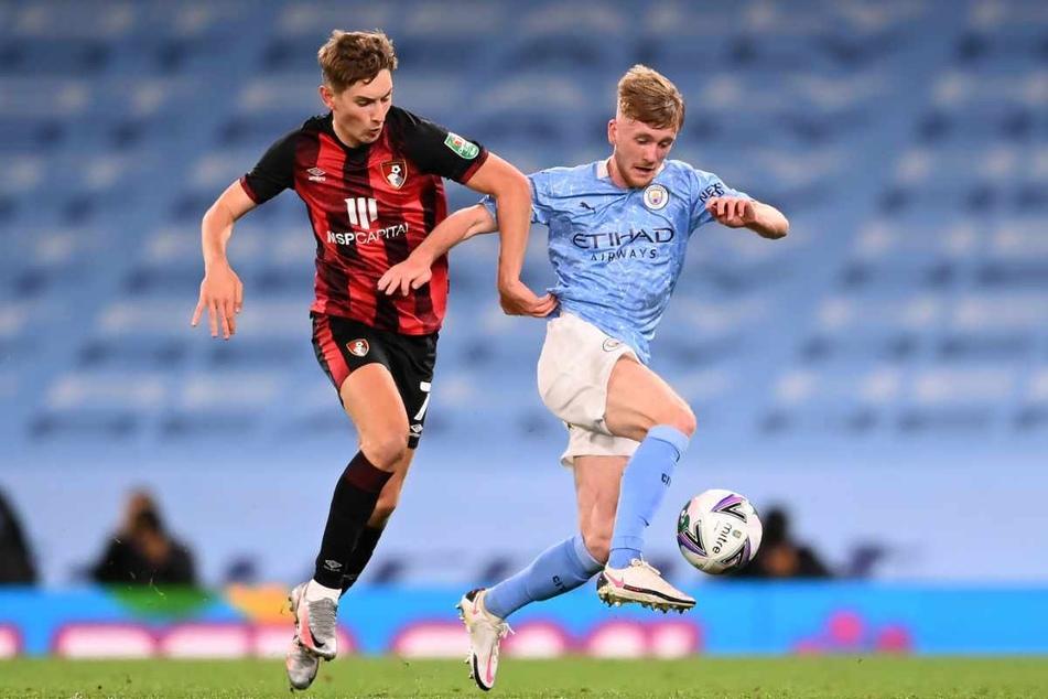 Tommy Doyle (19, rechts), hier noch für Manchester City am Ball, fehlte noch beim HSV-Testspiel.