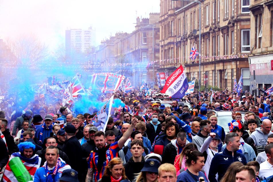 Meister ohne Niederlage, überragende Bilanz: Hunderte Fans feiern ohne Masken und Abstand!