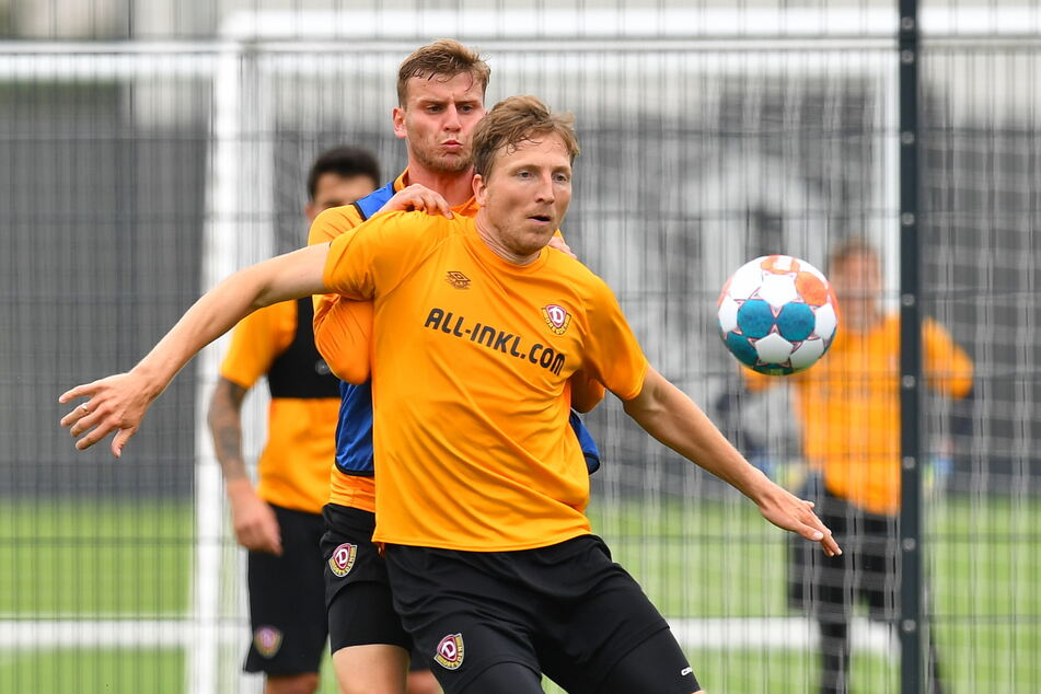 Marco Hartmann (33, vorn im Duell mit Christoph Daferner, 23) gibt im Training Vollgas. Er bietet sich weiterhin für einen neuen Vertrag an.