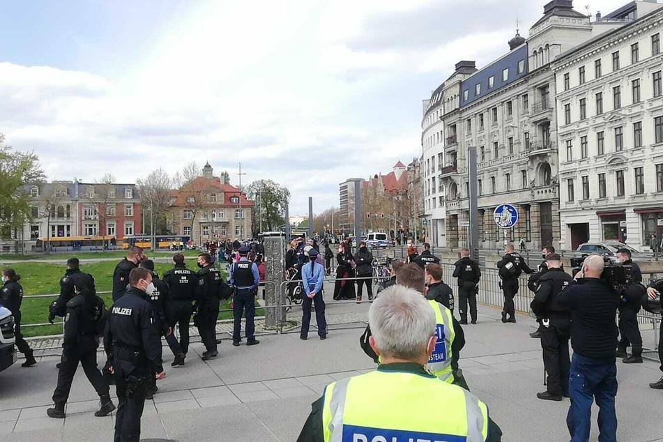 Polizei und Ordner sind vor Ort, um die unterschiedlichen Demonstranten voneinander fernzuhalten.