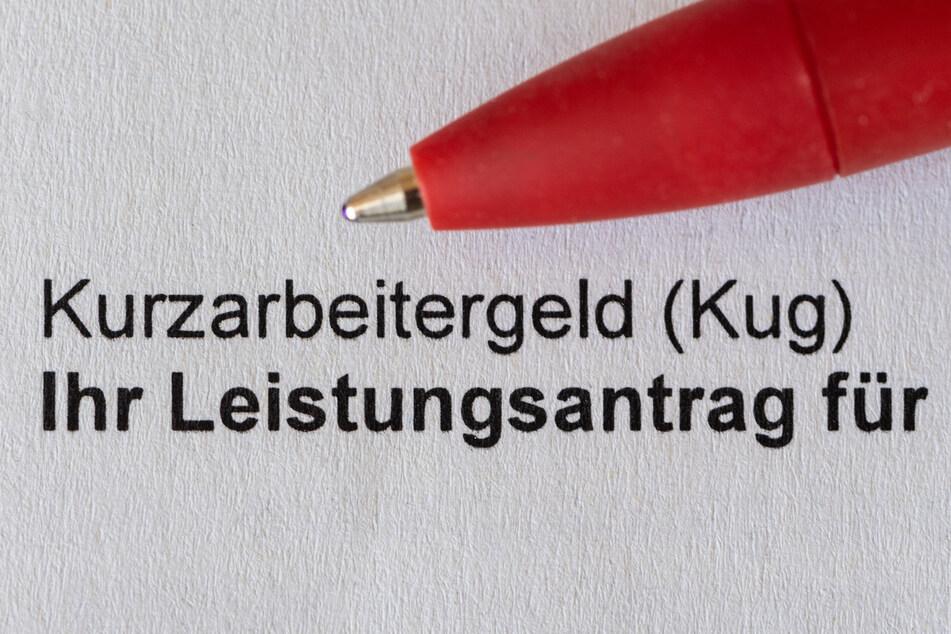 Ein roter Stift liegt auf einem einem Antrag für Kurzarbeitergeld (Kug) der Bundeagentur für Arbeit.