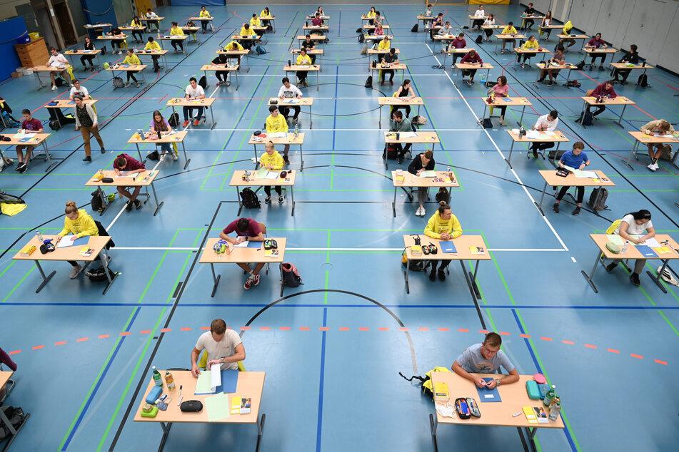 Schüler bei einer schriftlichen Abiturprüfung in einer Turnhalle (Archivbild).