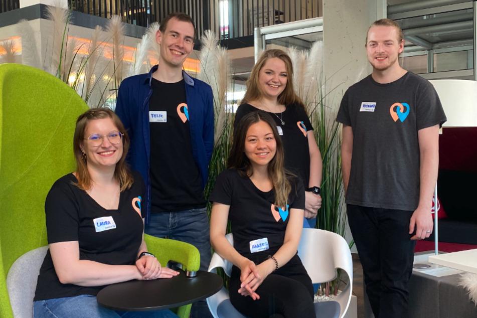 """Felix Göppert von der TU Chemnitz, Lisa Riedel, Richard Schubert (oben, v.l.n.r), Laura Kother und Annika Lê (unten, v.l.n.r) von der Hochschule Mittweida entwickelten die Job-Dating-App """"JobsNavi""""."""