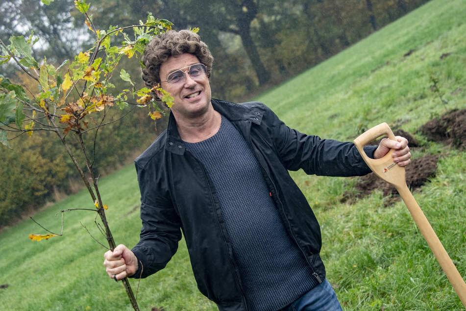 Comedian Atze Schröder pflanzt tausende Bäume an und unterstützt damit die Initiative Fame Forest.