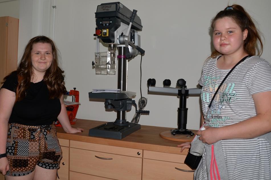 Die beiden 13-jährigen Siebtklässlerinnen Elodie (links) und Hannah schauten sich vor dem offiziellen Schulstart am Montag schonmal den Werkraum ihrer neuen Oberschule an.
