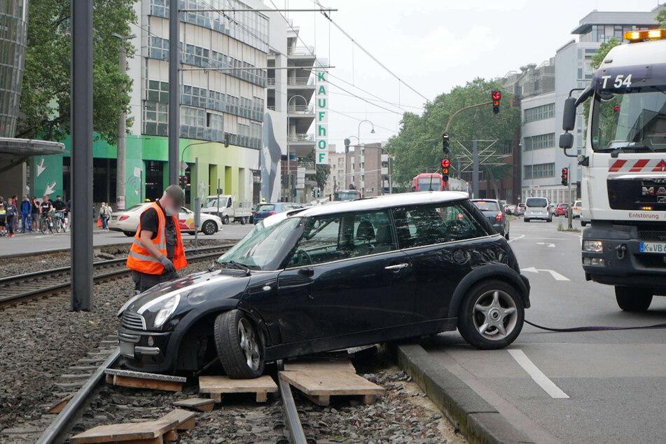 Ein Mini-Fahrer (39) ist am Freitagmittag nach einem Ausweichmanöver mit seinem Wagen im Gleisbett der Stadtbahn gelandet.