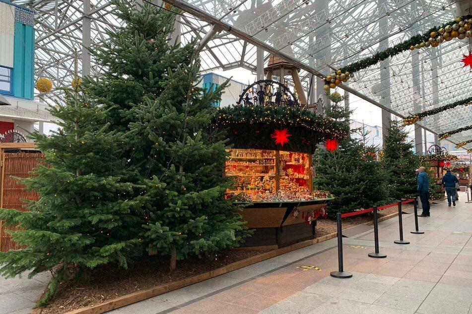 Insgesamt zehn Buden bieten Glühwein, Roster und Weihnachtsdeko an.