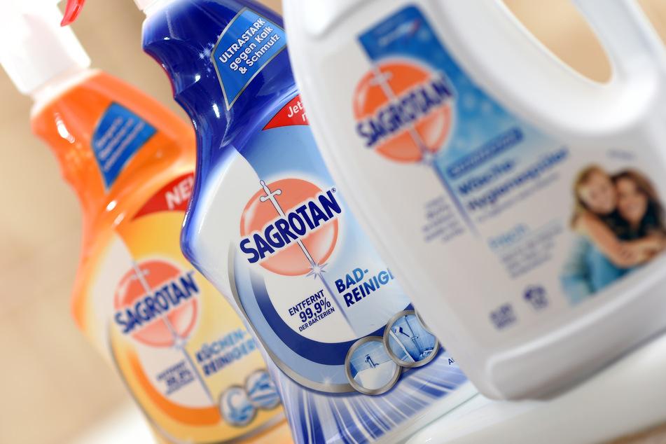 Sagrotan-Putzmittel, die auch desinfizierend wirken sollen, des britischen Konsumgüterkonzerns Reckitt Benckiser, stehen in einer Wohnung.