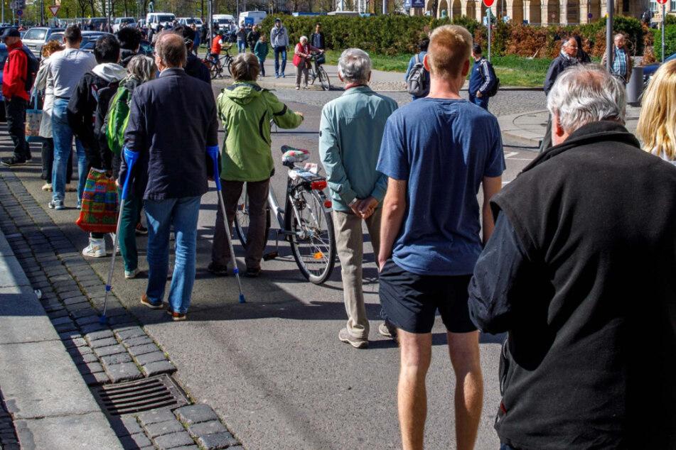 Die Masken-Verteilaktion vor dem Rathaus brachte OB Hilbert (48, FDP) unter anderem eine Anzeige ein.