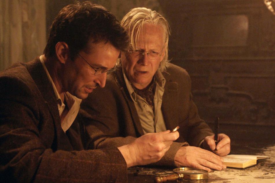 Flynn Carsen (Noah Wyle) und Professor Lazlo (Bruce Davison) in The Quest – Der Fluch des Judaskelch.