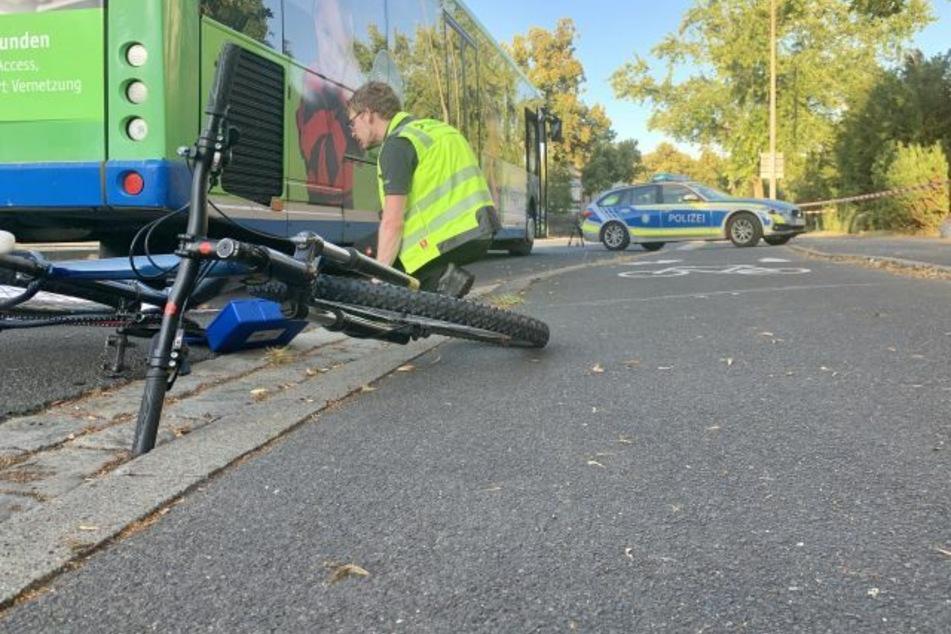 Busfahrer übersieht Fahrrad und überrollt es: Fahrerin (34) sofort tot!