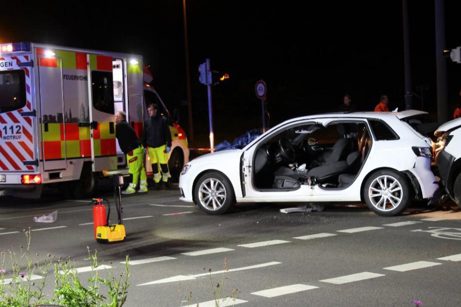 Heftiger Crash in Leipzig: Transporter kracht auf Audi, Fahrer aus Wagen geschnitten