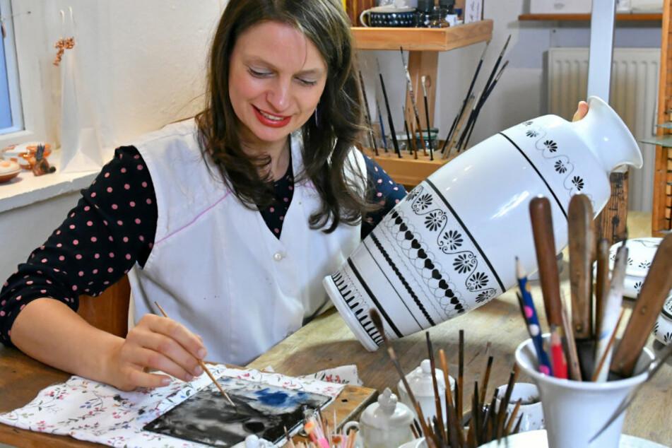 Die Galeristin lenkt sich vom Lockdown-Trübsinn mit ihrer zweiten Profession ab, der Porzellanmalerei.