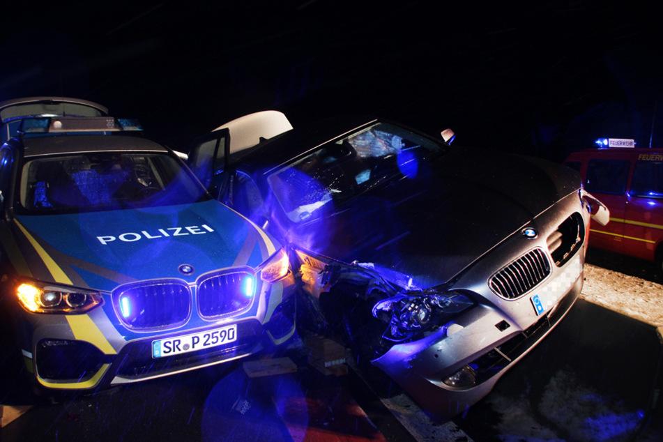 Mit dem Dienstwagen wollten die niederbayrischen Beamten eine Unfallstelle sichern.