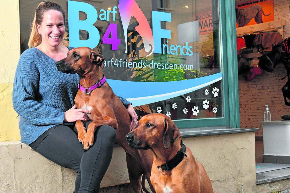 Babette Irmscher (33) mit Gianna (2, auf dem Schoß) und Malou (4). Wegen der beiden fing sie erst an, sich näher mit Hundeernährung auseinanderzusetzen.