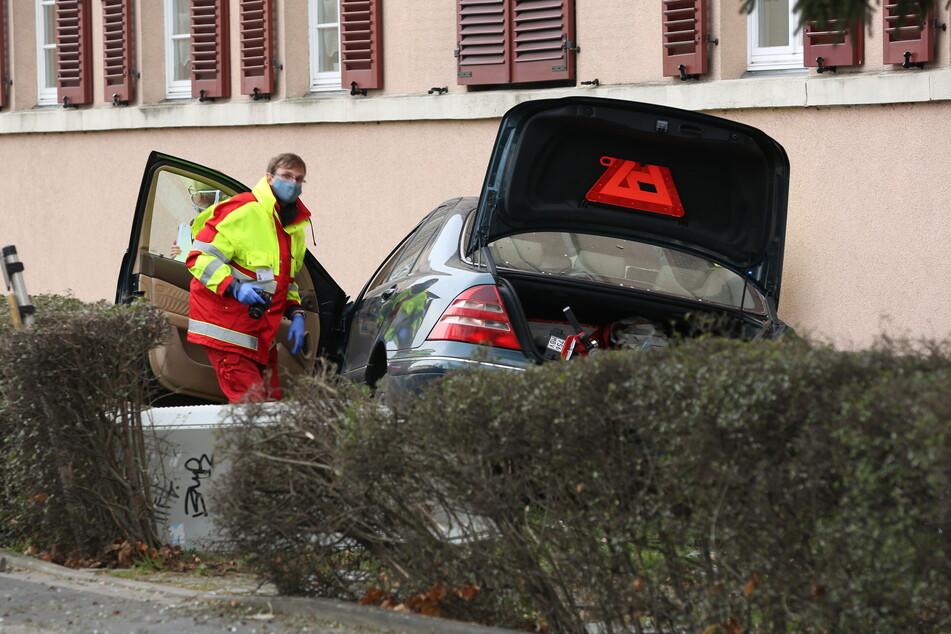 Der Benz wurde letztlich von der Hauswand gestoppt. Ein Notarzt kümmerte sich sofort um Fahrer Mike H.
