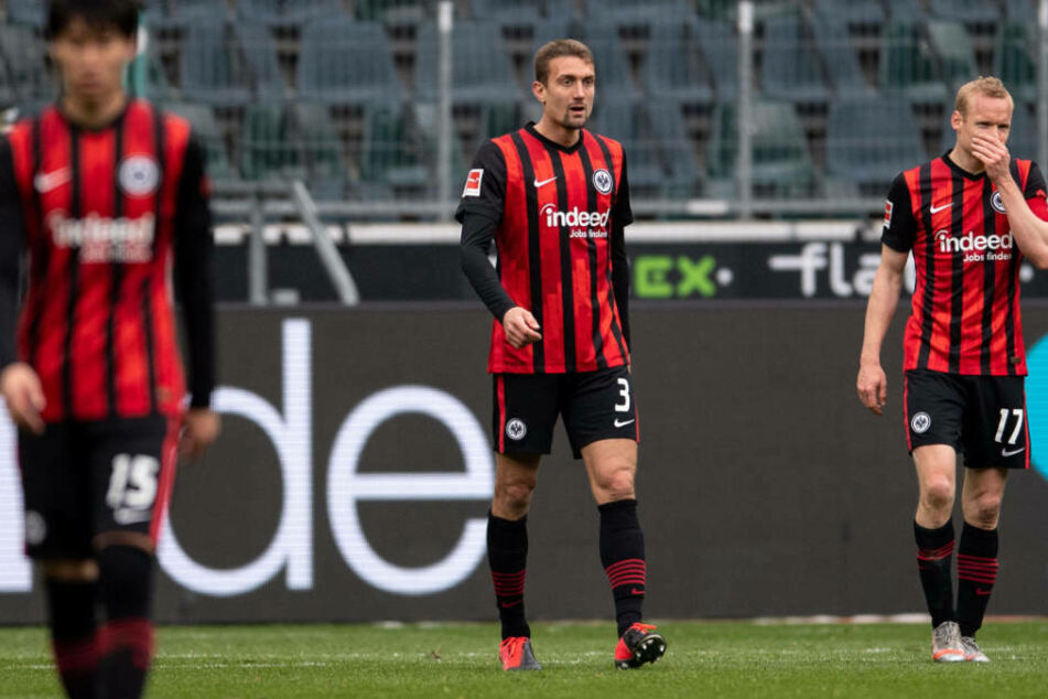 Enttäuschte Gesichter bei den Spielern von Eintracht Frankfurt nach der herben Niederlage gegen Gladbach: Daichi Kamada, Stefan Ilsanker und Sebastian Rode (l-r).
