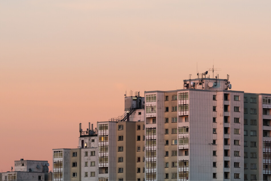 Plattenbauten in Berlin: Städte sind durch die Verschließung von Bodenflächen anfälliger für Umweltkatastrophen.
