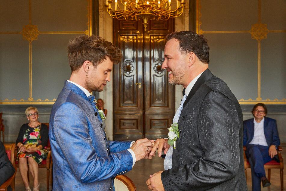 Auf Schloss Albrechtsberg stecken sich David (l.) und Silvio die Ringe an.
