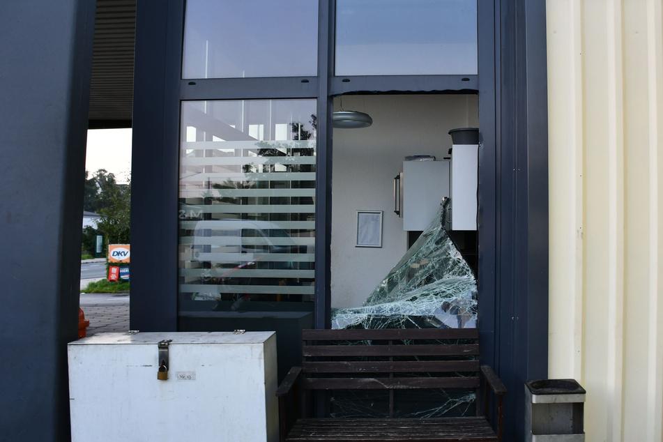 Durch ein Fenster, das an der Seite der Tankstelle liegt, verschafften sich die Einbrecher Zutritt zum Innenraum.