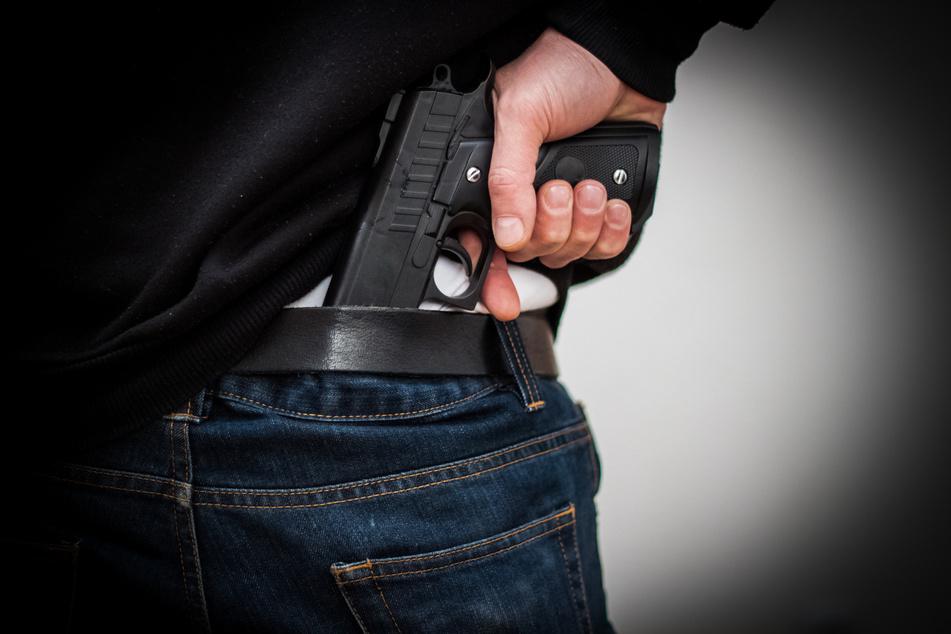 Ein Mann (35) jagte mehreren Bankmitarbeitern in Freiberg einen gehörigen Schrecken ein. Er bedrohte die Angestellten mit einer Spielzeugpistole (Symbolbild).