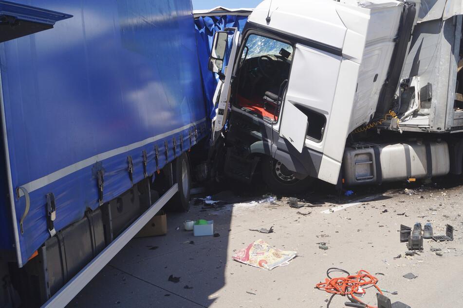 Unfall A9: Lkw kracht auf Stauende: Trümmerfeld auf der A9 bei Wolfen