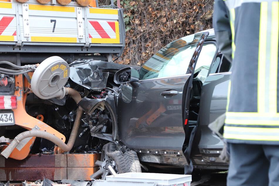Lebensgefährlicher Unfall auf A4: Mann kracht in Mähfahrzeug!