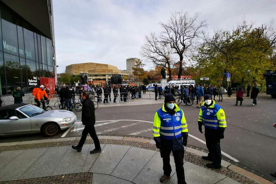 Die Polizei sichert den Bereich um den Kurt-Masur-Platz ab.