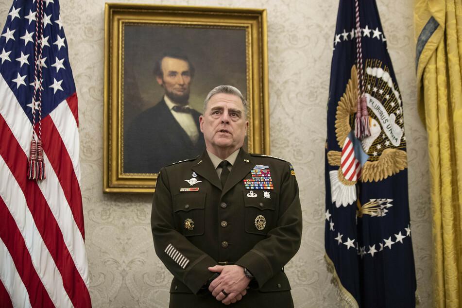 General Mark Milley, Vorsitzender des Vereinigten Generalstabs der US-Streitkräfte, spricht während der Präsentation der US-Space Force Flagge im Oval Office mit US-Präsidenten Trump.
