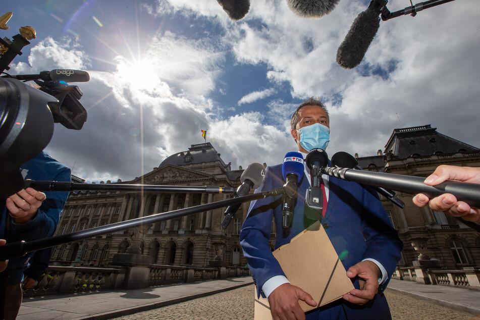 Brüssel: Egbert Lachaert, Vorsitzender der Open Vlaamse Liberalen en Democraten, spricht nach einem Treffen mit König Philippe im Rahmen der Verhandlungen einer Regierungsbildung vor dem Königspalast mit den Medien.