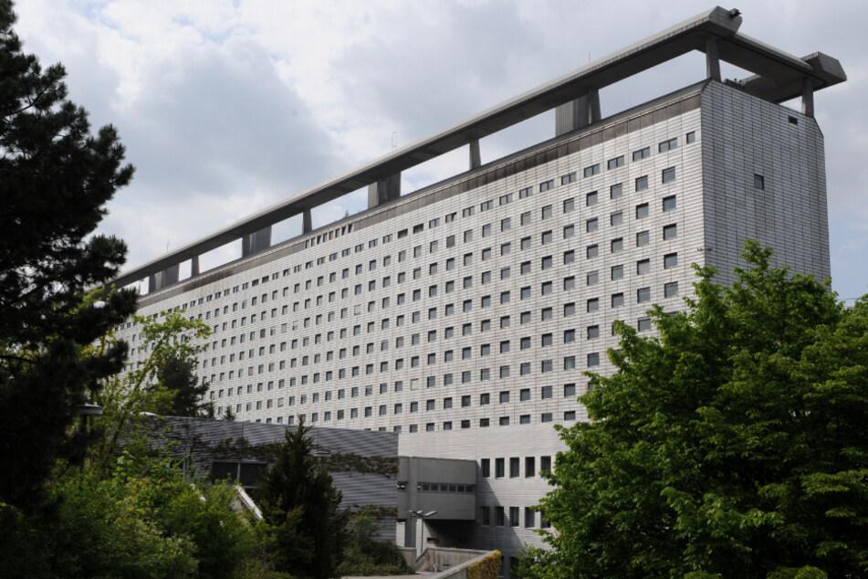 Das Hauptgebäude des Universitätsklinikums Großhadern. An einer Baustelle nahe des Klinikums hat es am Montagmorgen gebrannt. (Symbolbild)