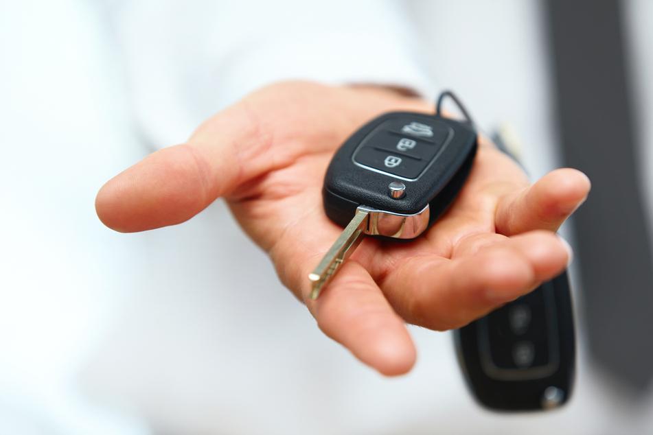 Nachdem ein unbekannter Mann seinen gefälschten Ausweis in einem Autohaus in Oelsitz für eine Probefahrt vorlegte, bekam er den Autoschlüssel für einen VW-Transporter (Symbolbild).