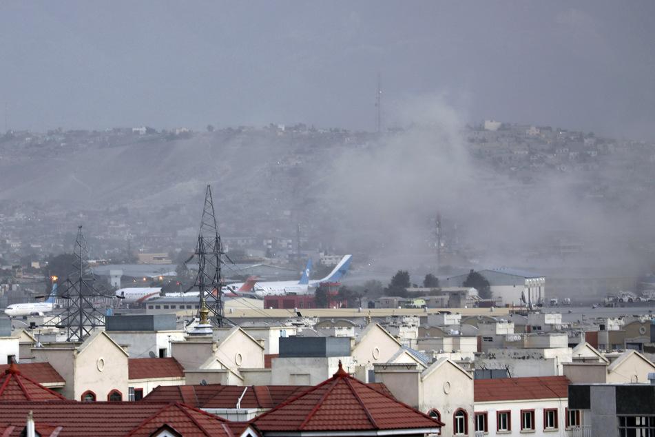 Die Explosion ereignete sich außerhalb des Flughafens, wo Tausende Menschen nach der Machtübernahme der militant-islamistischen Taliban auf der Evakuierung aus Afghanistan zusammengekommen sind.