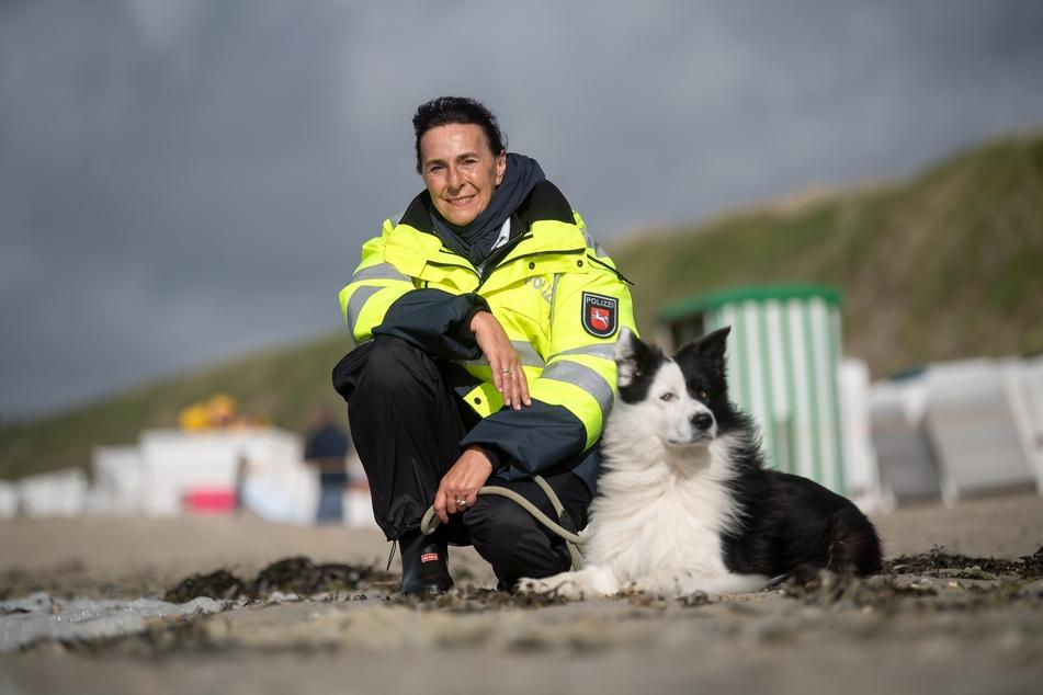 Heike Cleve (58) mit ihrem Hund Split am Strand von Baltrum.