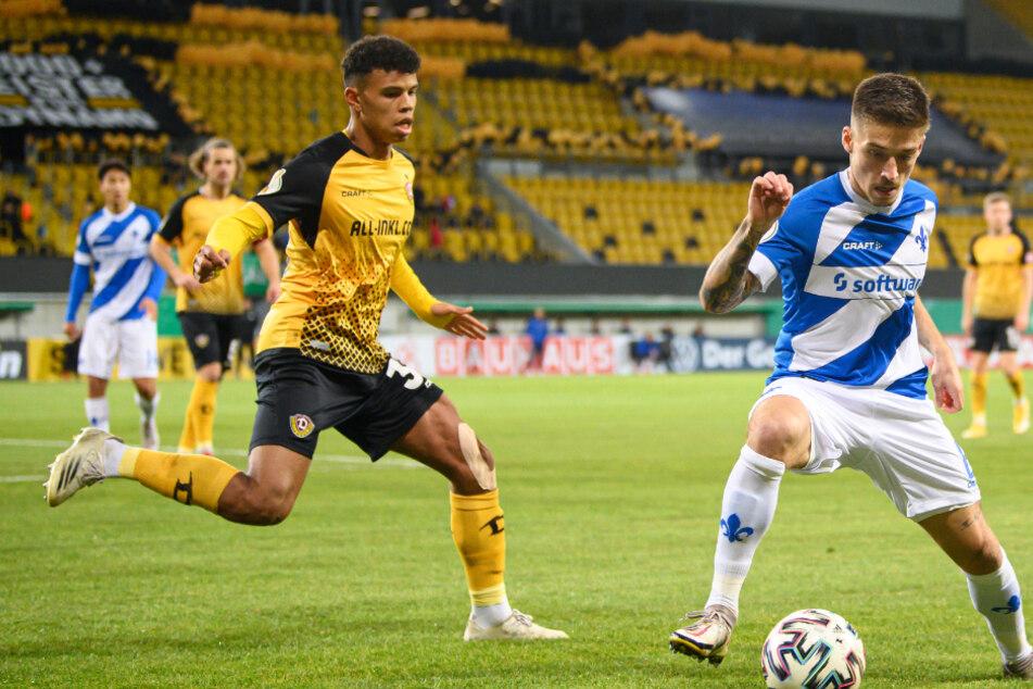 Dynamos Ransford-Yeboah Königsdörffer (l) im Zweikampf mit Darmstadts Marvin Mehlem.