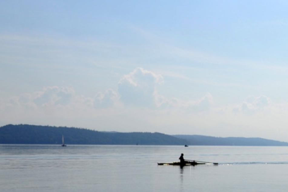 Ein Ruderer fährt über den Starnberger See (Oberbayern). 2015 ertrank hier ein Jugendlicher beim Training. (Symbolbild)