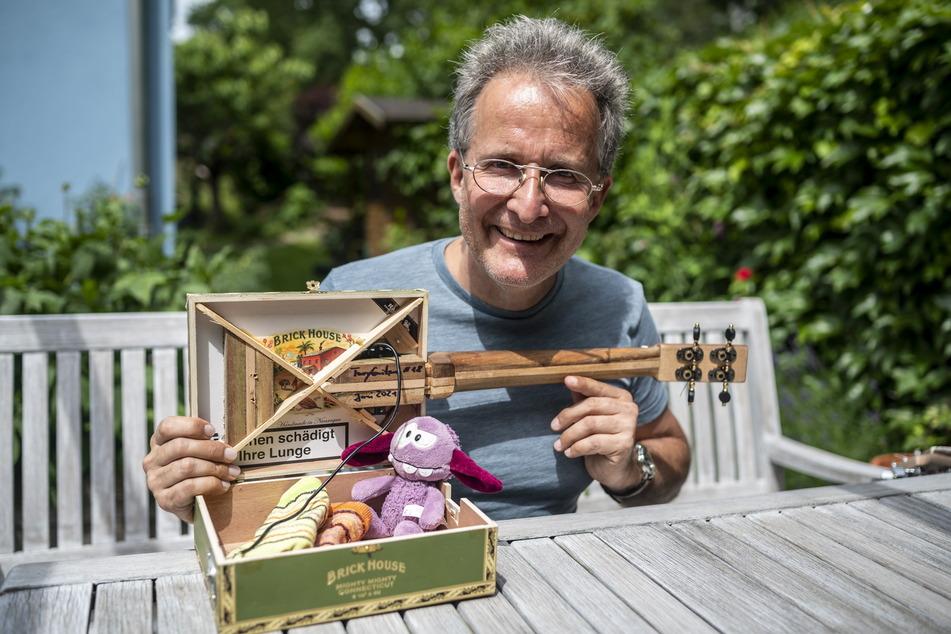 In manchen Zigarrenkisten-Gitarren des Musikers Torsten Turinsky (55) lassen sich auch Socken oder ein Glücksbringer verstecken.