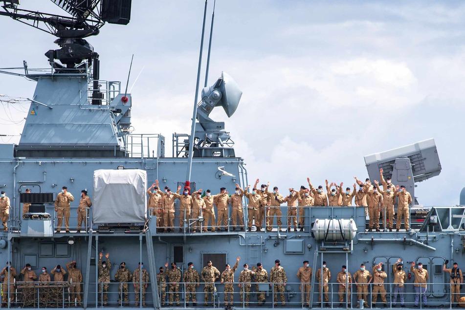 """Die Besatzung winkt von Bord der Fregatte """"Bayern""""."""